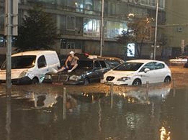 Центр Киева снова затопил ливень: появились жуткие фото и видео потопа (5)