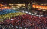 Протесты в Румынии: сеть поразил живой флаг из десятков тысяч людей, появилось видео