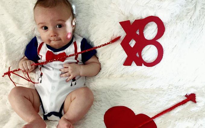 Маленькие купидоны: сеть заполонили фото детей с валентинками