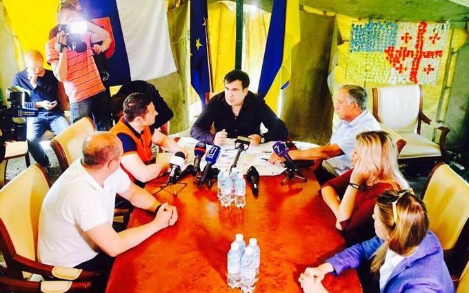 Саакашвілі розповів про перший робочий день в наметі: з'явилися фото