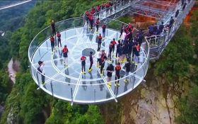 В Китае открыли самый длинный в мире стеклянный мост: опубликовано впечатляющее видео