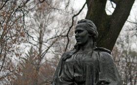 У Києві вандали обікрали могилу Лесі Українки