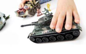 У Києві продають іграшки із символікою військових Путіна і сепаратистів: опубліковані фото