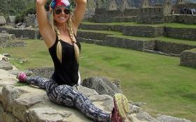 Девушка путешествует по миру и занимается йогой на фоне достопримечательностей: яркие фото
