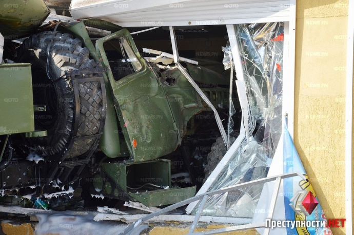В Николаеве произошло смертельное ДТП с военным бензовозом: появились фото и видео (2)