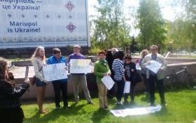 """У Маріуполі влаштували мітинг з плакатами """"Крем наш"""": опубліковано фото"""