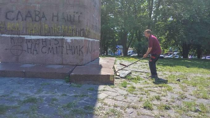 У Києві зробили другу спробу знести радянський пам'ятник: опубліковані фото (1)