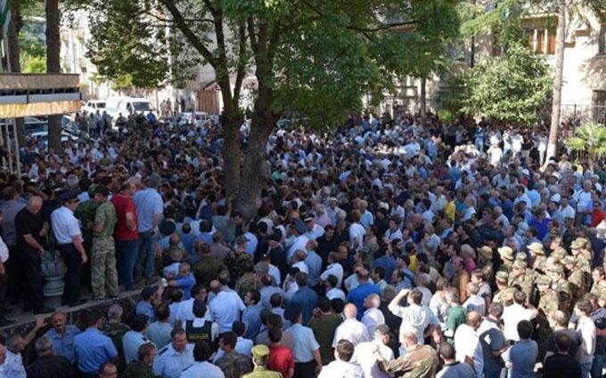 В Абхазії пройшов масовий мітинг з коктейлями «Молотова»: з'явилися фото і відео