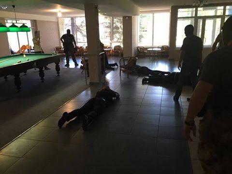 """На Донбасі похорон """"злодія в законі"""" закінчився масовими затриманнями: з'явилися фото (1)"""