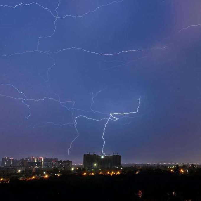 Страшно, но красиво: в сети появились яркие фото и видео ночной грозы в Киеве (5)
