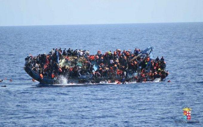 Біля берегів Італії перекинувся човен із сотнями мігрантів: з'явилися драматичні фото і відео