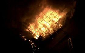 В Киеве на набережной Днепра дотла сгорело кафе: появились фото