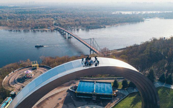 В Киеве руферы устроили экстремальный подъем на Арку Дружбы народов: зрелищные фото и видео