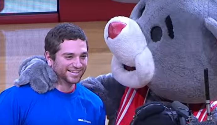 Баскетбольний фанат виграв $25 тис за один точний кидок