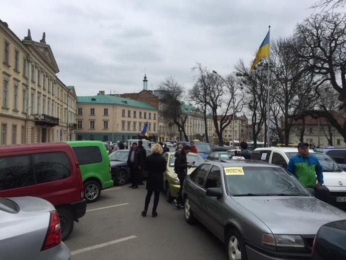 Во Львове ополчились на российские сервисы такси: появились фото и видео (4)