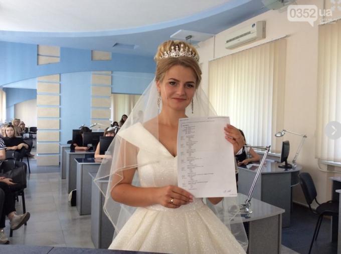 В Тернополе девушка пришла на экзамен в свадебном платье (1)