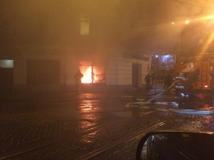 Во Львове подожгли Сбербанк России: опубликованы фото (1)