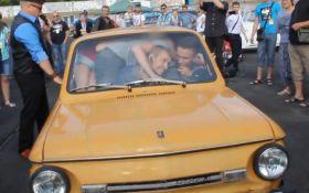 """17 осіб в одному авто: легендарний """"Запорожець"""" встановив новий рекорд"""