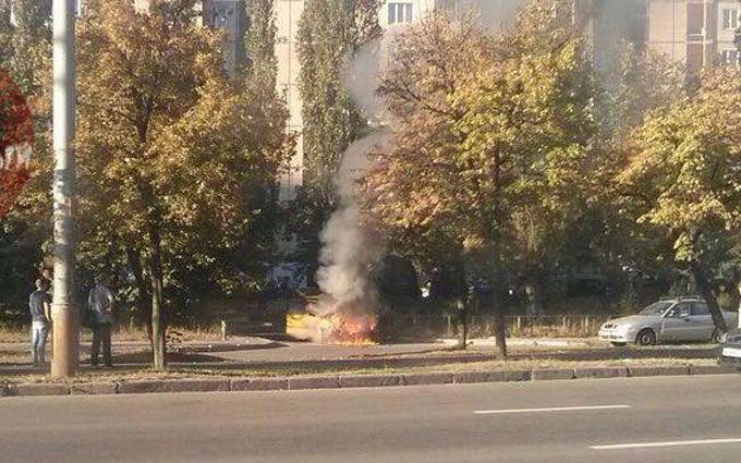 У Києві прямо на вулиці загорілася машина: з'явилися вражаючі фото