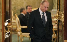 """Что читает Путин с соратниками: соцсети насмешило фото """"из Кремля"""""""
