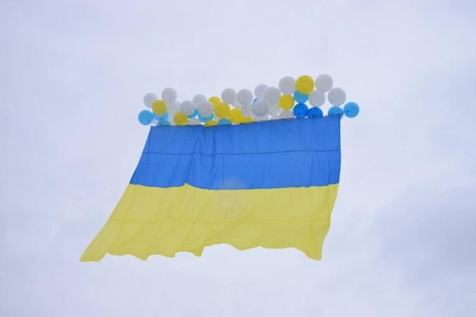 В День Соборности в оккупированный Луганск отправили украинский флаг: опубликованы яркие фото и видео (5)