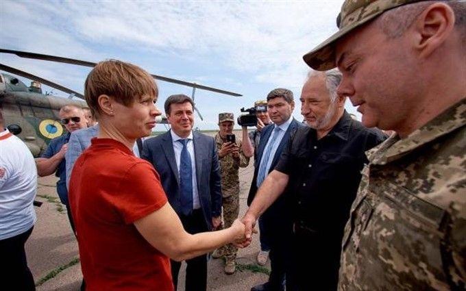 Президент Эстонии приехала в зону боевых действий на Донбассе: опубликованы фото