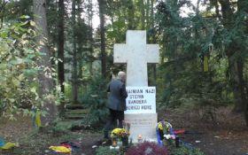 Пророссийский пропагандист надругался над могилой Бандеры - видео