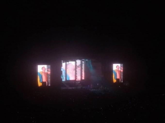 Солист Imagine Dragons вышел на сцену с флагом Украины (3)