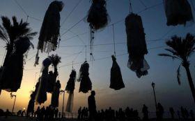 В Ливане женщины в знак протеста вывесили на набережной десятки свадебных платьев