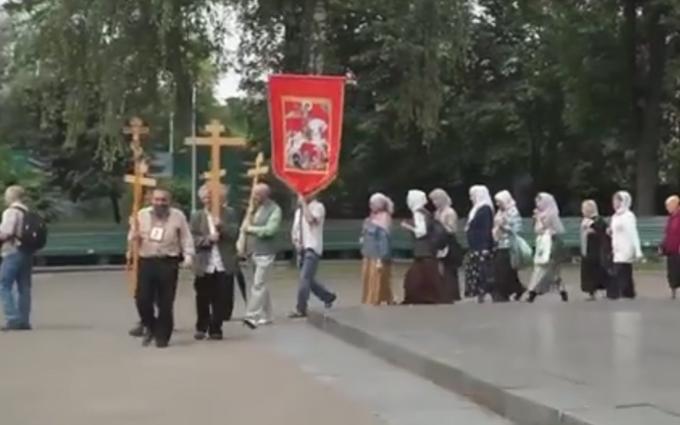 """На тобі хрест єсть? Опубліковано відео ходи прихильників """"руського міра"""" по Києву"""