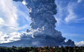 Індонезію знову накрив потужний стратовулкан - моторошні відео