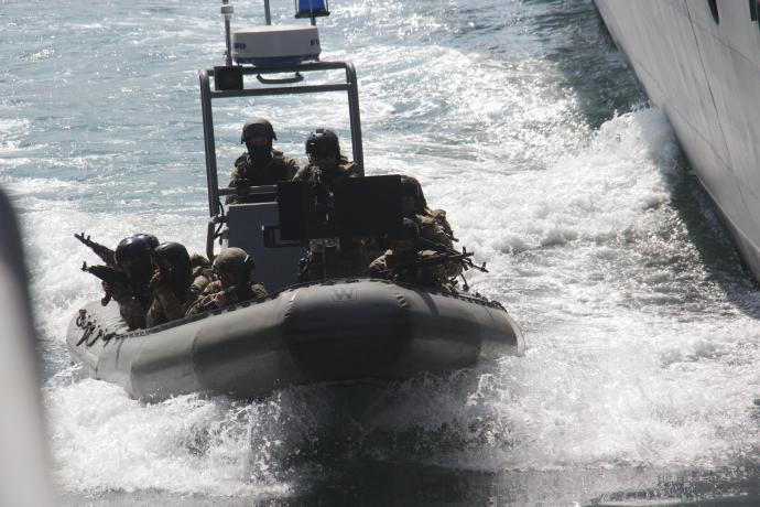 Морський спецназ України захопив корабель-порушник: з'явилися яскраві фото навчань (1)