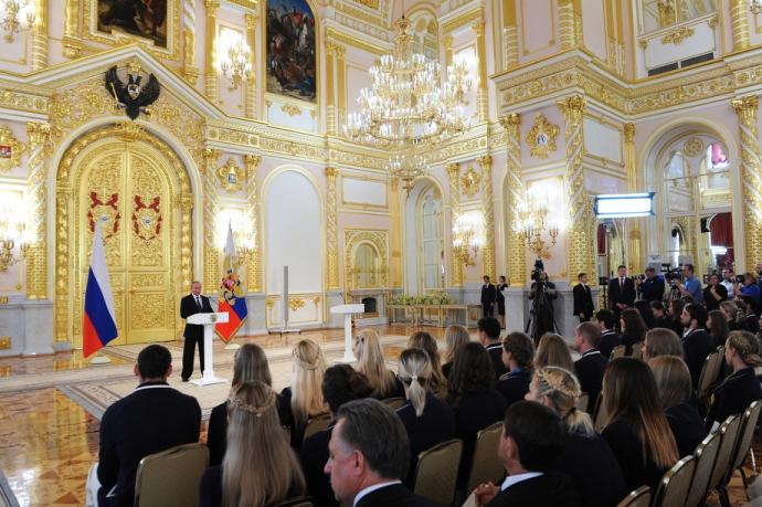 Путін шокував поглядом, торкаючись до грудей чемпіонки: опубліковано фото (5)