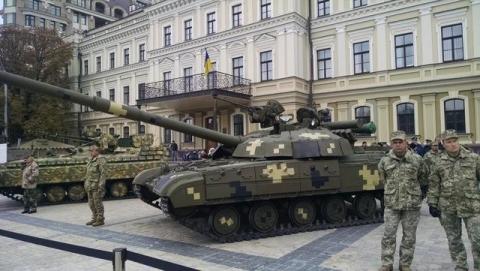 На Михайлівській площі у Києві відкрилась виставка сучасних озброєнь (12 фото) (9)