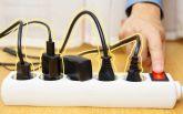 Нужно ли вынимать из розетки зарядные устройства, если они не используются?