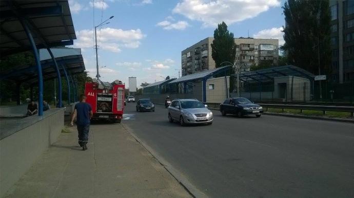 У Києві на зупинці трамвая спалахнула сильна пожежа: опубліковані відео та фото (1)