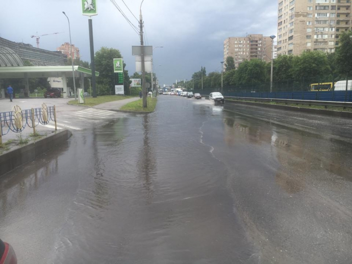Після зливи в Києві Лівобережна стала Венецією: опубліковані фото і відео (4)