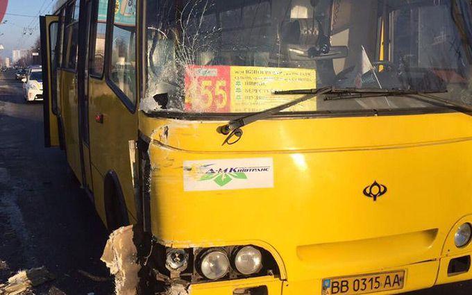 Под Киевом маршрутка врезалась вдерево, пострадали шесть пассажиров