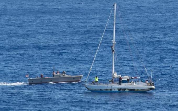 Полгода дрейфа: в Тихом океане спасли спортсменок из США и их собак