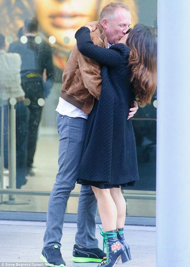 50-річна Гайєк пристрасно цілувалася з чоловіком-мільярдером в аеропорту: опубліковані фото (1)