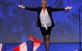 """На французскую """"подругу"""" Путина напали с букетом цветов: появилось видео"""