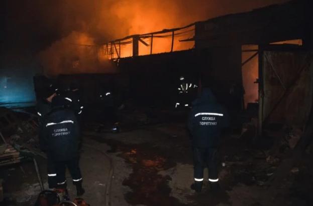 В Киеве вспыхнул пожар на складах - жуткие фото и видео (1)
