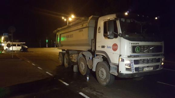У Києві зіткнулися вантажівка і мікроавтобус, є постраждалі: опубліковані фото (1)