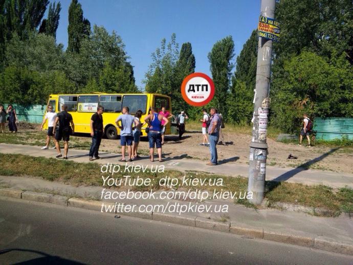У Києві Камаз влетів в маршрутку: з'явилися фото і відео (1)