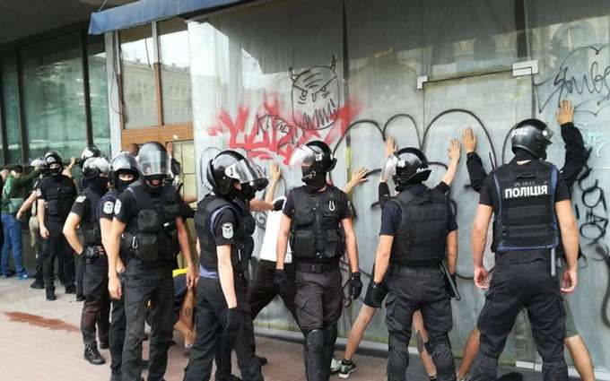 В Киеве проходит Марш равенства: противники акции устраивают столкновения с полицией, много задержанных