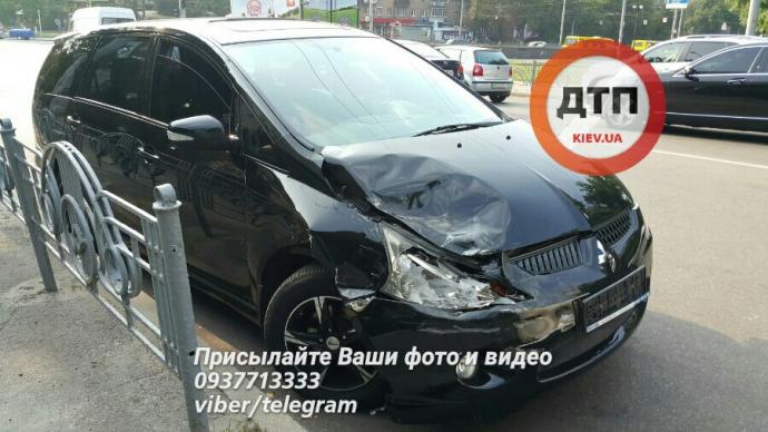 У масштабній ДТП в Києві постраждали 4 авто: з'явилися фото (1)