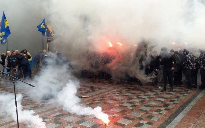 В Киеве жгли шины и разбивали памятники: опубликованы видео