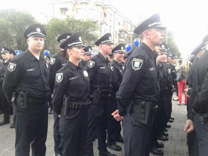 Мокрі, але щасливі: з'явилися фото запуску нової поліції в Маріуполі (1)