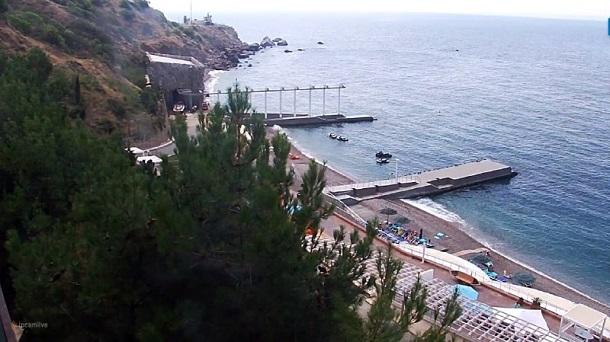 Пик несезона: в сети показали новые фото пустых пляжей в оккупированном Крыму (3)