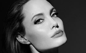 Анджелина Джоли снялась в чувственном рекламном ролике Guerlain: появилось видео